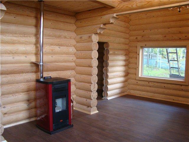 Пеллетный камин в новом деревянном доме