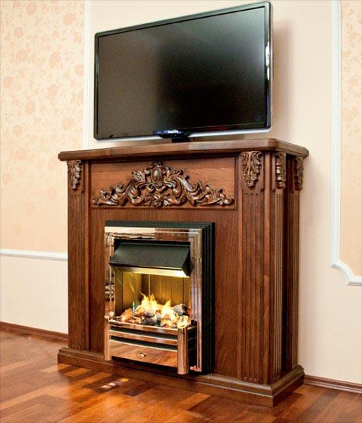 Деревянный портал и телевизор над камином