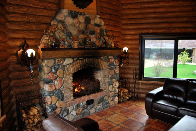 Великолепный дровяной камин в доме