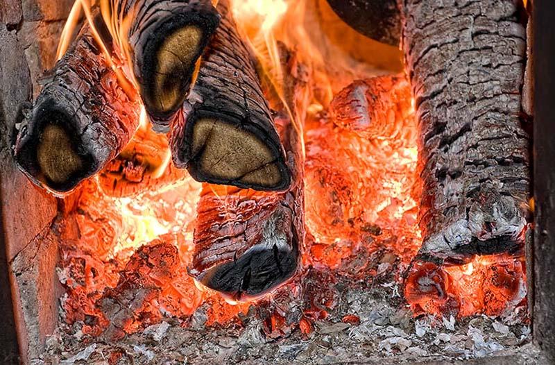 Поленья горят в печи