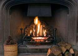 Как топить камин дровами